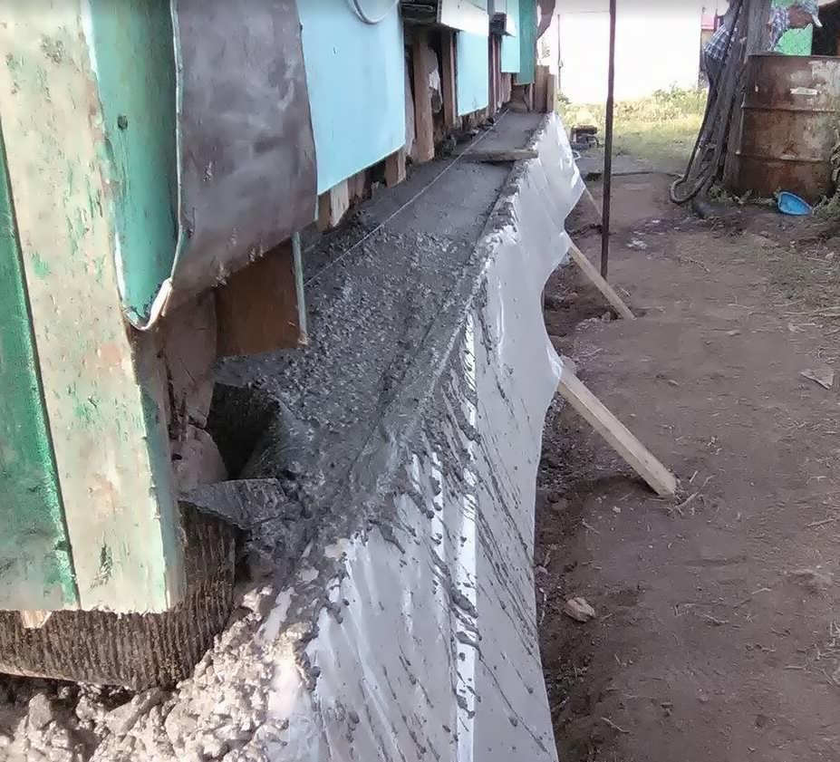 Между нижними венцами и бетоном ОБЯЗАТЕЛЬНО крепим рубероид пару слоев